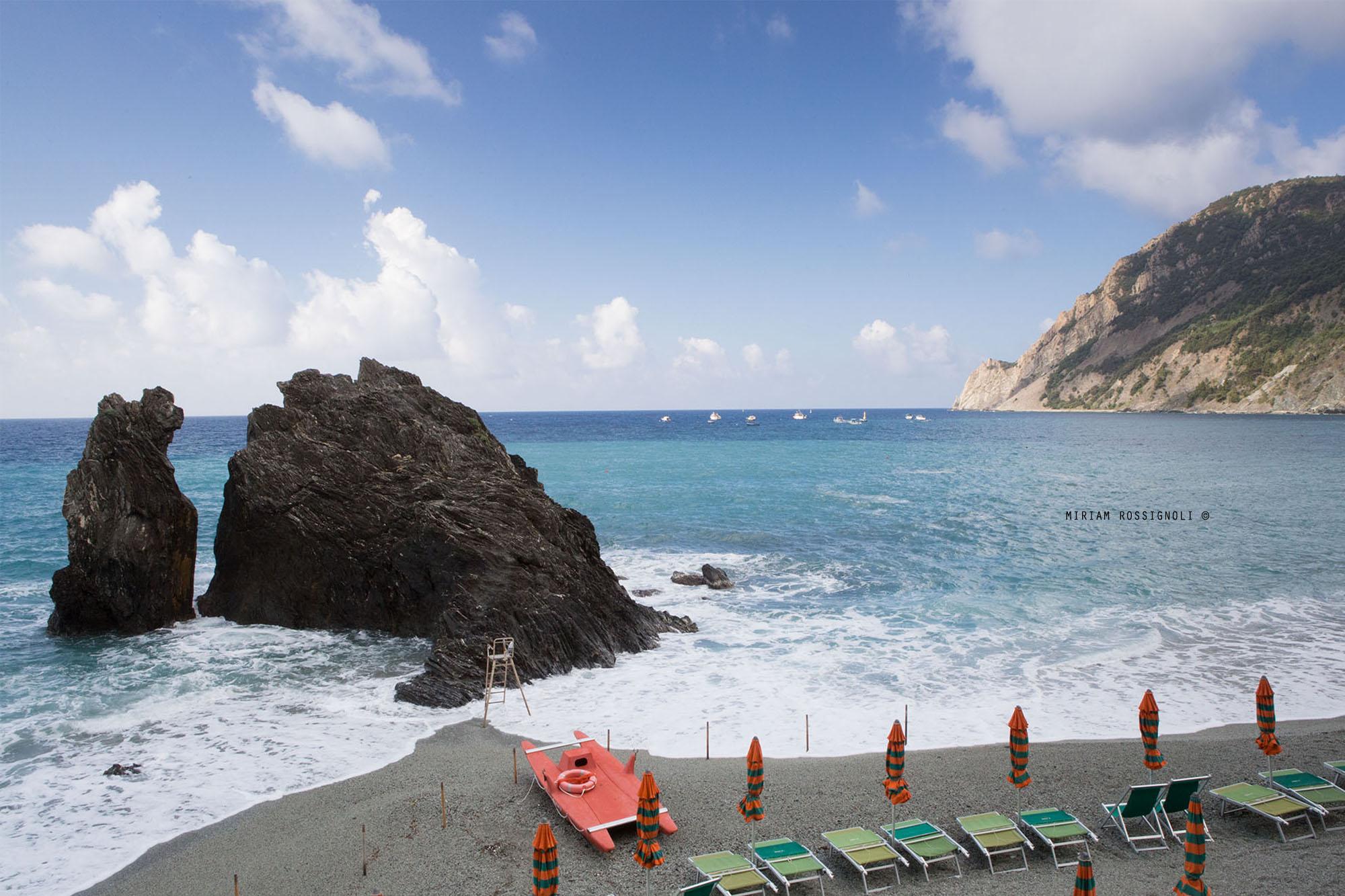 monterosso-rocca-spiaggia-ombrelloni-mare-mosso-copia